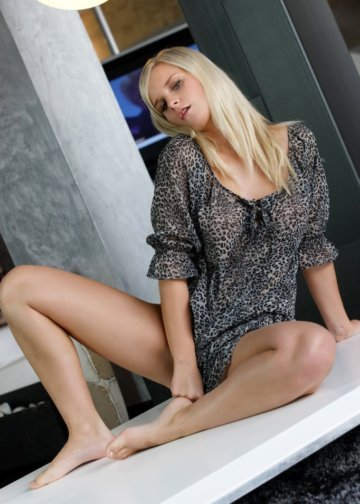 Erika hot babe blonde escort
