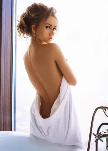 Vivianna Amsterdam escort girlfiend in hotel